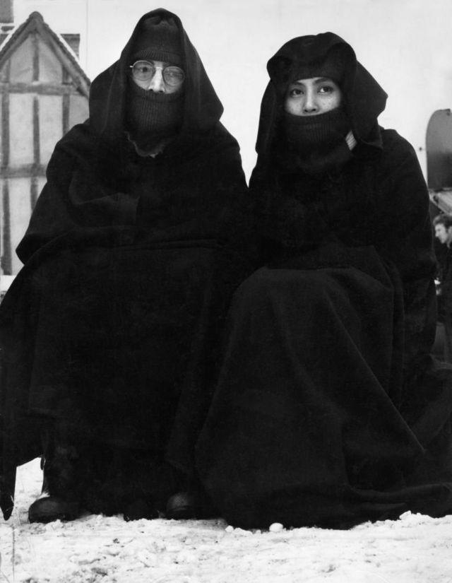"""Джон и Йоко во время хэппенинга, который они устроили 6 декабря 1969 года в деревне Лавенхэм в графстве Саффолк. Кадры из этого хэппенинга вошли в видеоклип к песне """"Isolation""""."""