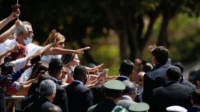 Bolsonaro ao lado de apoiadores em 25 de agosto