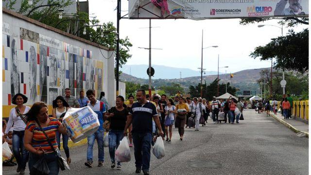 Venezolanos cruzando la frontera con Colombia