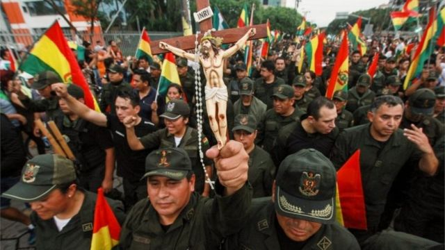 """에브라르드 장관은 볼리비아의 현 상황을 """"반란""""이라고 정의하며 군부가 모랄레스의 강제 퇴임을 종용했다고 밝혔다"""