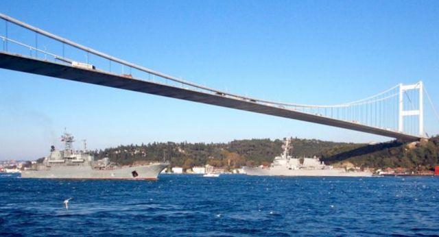 نووچرکاسک روسیه (چپ) و یواساس راس با یک قایق کوچک گشت ساحلی ترکیه از هم جدا شده اند