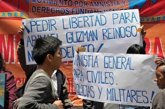 """Otro cartel en el que se lee """"Amnistía general para civiles, policías y militares""""."""