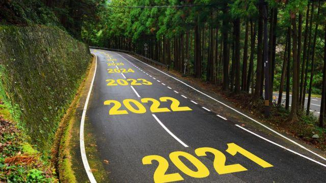 Carretera con los años por venir escritos