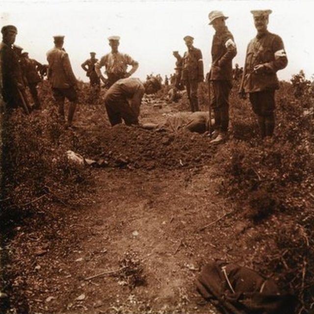 Kılıçbayırı'nda Avustralyalı askerler Türk ve Avustralyalı askerleri gömüyor, 24 Mayıs 1915