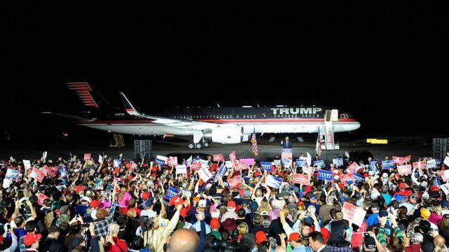 Donald Trump delante de su avión privado, en un discurso de campaña en Kinston, Carolina del Norte, en octubre de 2016.