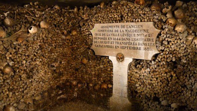 Osarios con restos humanos en las catacumbas de París.