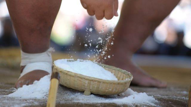 塩は伝統的に、試合前に土俵を清めるためにまかれる