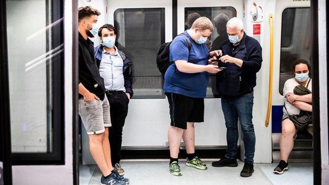 Passageiros em metrô em Copenhague