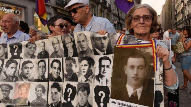 Familiares de desaparecidos durante la Guerra Civil y la represión franquista en una manifestación por la Memoria Histórica.