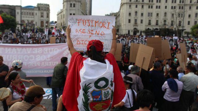 Binlerce Perulu, insanlığa karşı suç işlediği gerekçesiyle 25 yıl hapse mahkum edilen ülkenin eski devlet başkanı Alberto Fujimori'nin affedilmesini protesto etti.