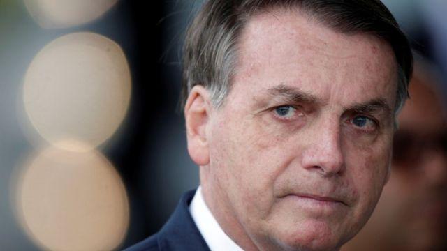 Foto aproximada do rosto de Bolsonaro, com feição séria
