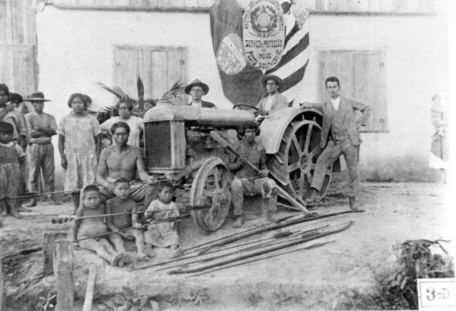 Indígenas em carro à frente de posto do SPI
