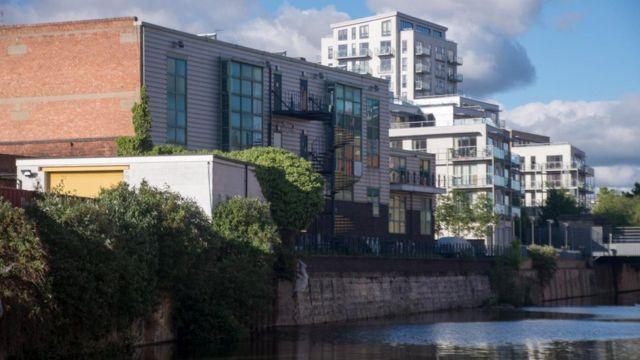 أقيمت على ضفاف قناة لايمهاوس كات في لندن، الكثير من المباني الموفرة للطاقة، لكن المنازل الأقدم غير موفرة للطاقة قط