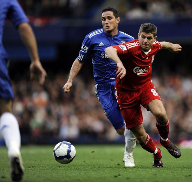 Frank Lampard y Steven Gerrard pelean por un balón