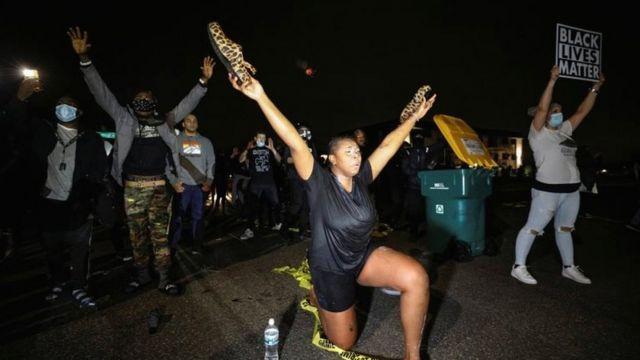 Los manifestantes se reunieron frente a la sede de la policía en Brooklyn Center, coreando el nombre de Daunte Wright