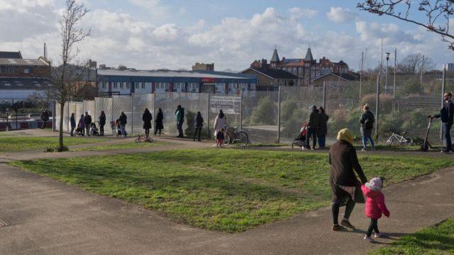 Родители забирают детей из начальной школы в Лондоне.
