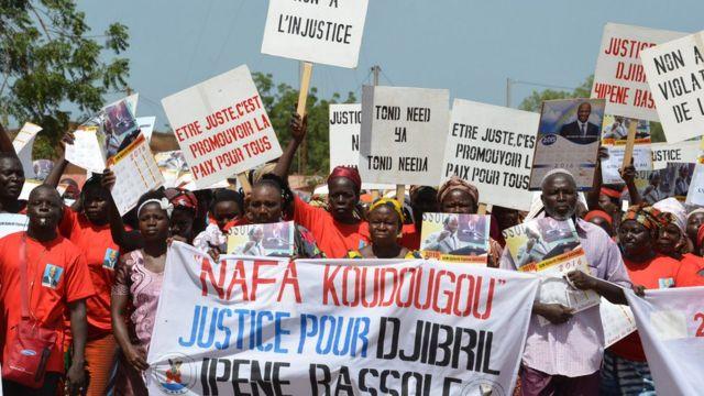 Des manifestants dans les rues de Réo, près de Koudougou, pour réclamer la libération de Djibril Bassolé.