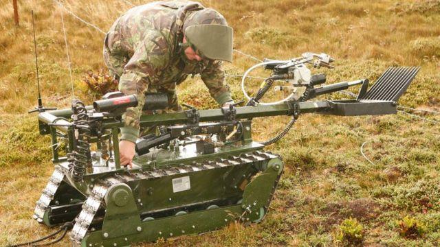 Robô britânico Red Fire, criado para extrair minas terrestres, está sendo preparando para o trabalho em Stanley, nas Ilhas Falkland