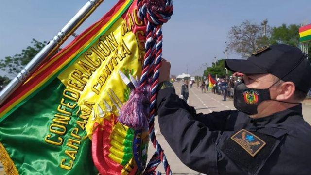 Soldado con bandera de Bolivia