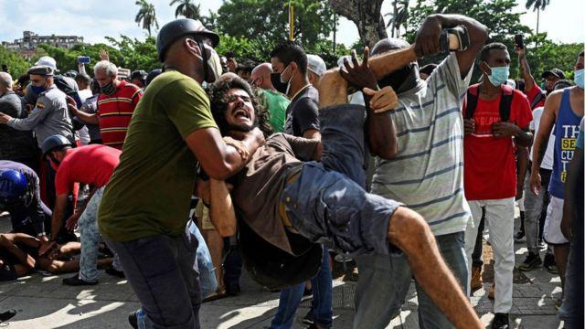 """Protestas en Cuba: miles de personas salen a las calles en una inusual  manifestación masiva al grito de """"abajo la dictadura"""" - BBC News Mundo"""