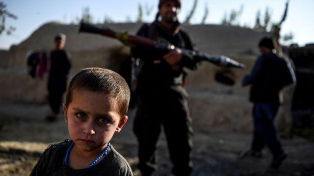 Niño junto a extremistas talibanes.