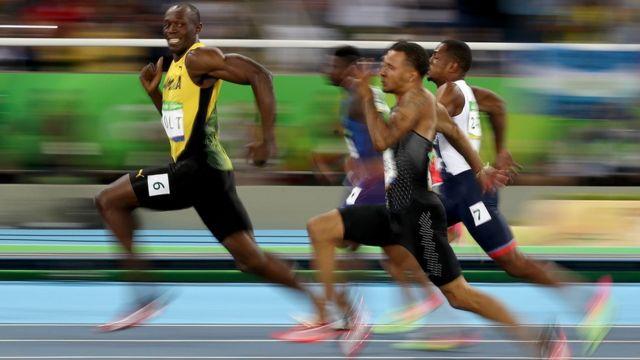 Usain Bolt liderando una carrera.