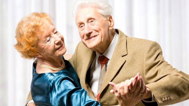 casal de idosos com roupas para dança de salão