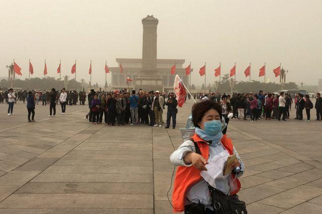Toz qasırğası Pekin üzərindən keçərkən Tyananmen meydanı seyrçilərlə dolu olub. Pekin, Çin, 4 may 2017.