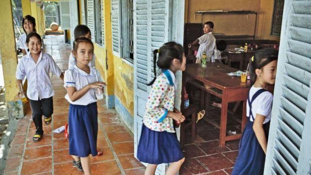 Học sinh tiểu học ở một trường làng thuộc Cần Thơ, Việt Nam