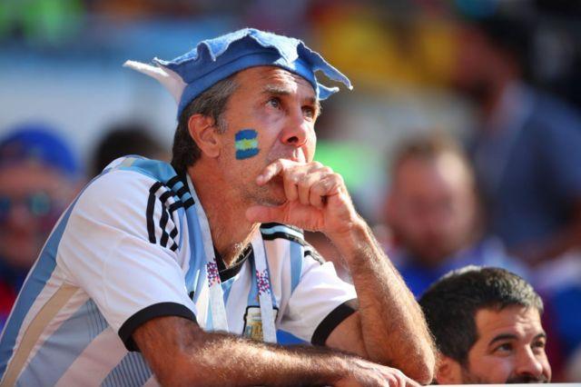 Los aficionaos argentinos miran con preocupación el partido.