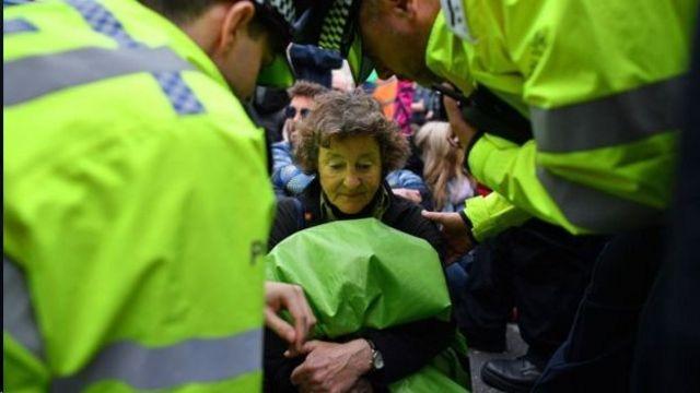 پلیس شمار زیادی از معترضان را بازداشت کرده است