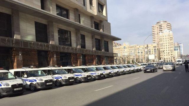 Bakı Ağır Cinayətlər Məhkəməsinin yaxınlığında çoxsaylı polis avtomobilləri dayanıb