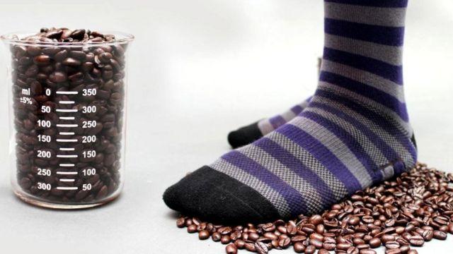 Эти носки Atlas от американского бренда мужской одежды Ministry of Supply содержат переработанный полиэстер с частицами кофе для контроля запаха