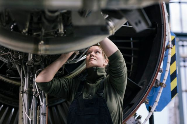 Una ingeniera trabajando