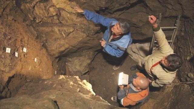 Imagem mostra pesquisadores em caverna denisovana