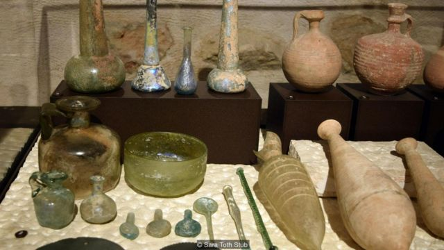 Coleção de moedas, utensílios e outros objetos do dia a dia do Museu Terra Santa de Jerusalém