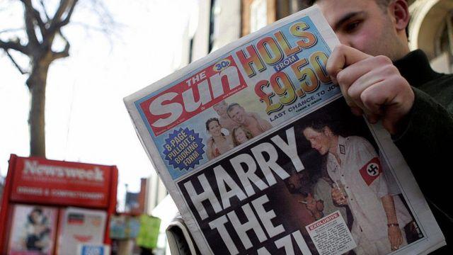 Первая страница британского таблоида с фотографией Гарри в непродуманном карнавальном костюме.