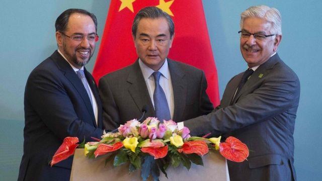 王毅(中)在北京与阿富汗外长拉巴尼(左)、巴基斯坦外长阿西夫(右)举行了首次中阿巴三国外长会。