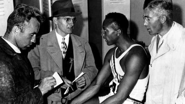 Оуэнс дает интервью во время Олимпиады 1936 года в Берлине