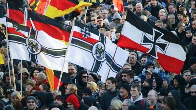 9日のケルンでは移民受け入れ反対の大規模な抗議行動が行われた