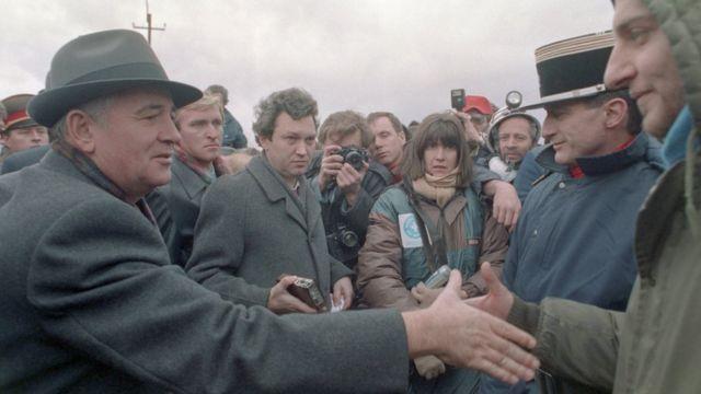 Михаил Горбачев и французские спасатели после землетрясения в Армении
