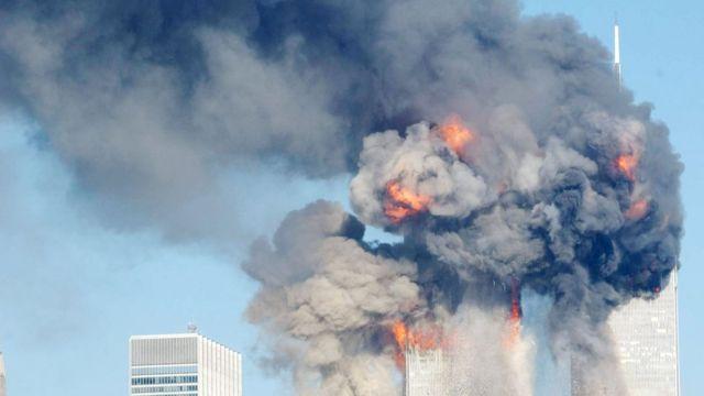 Torres gêmeas foram atingidas por dois aviões sequestrados por membros da Al-Qaeda na manhã de 11 de setembro de 2001