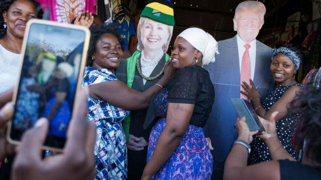 Raia wakipigwa picha na picha za Hillary Clinton na Donald Trump ubalozi wa Marekani mjini Dar es Salaam, Tanzania mnamo Novemba 7, 2016.