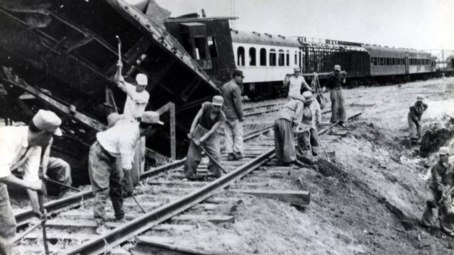 1954년 4월 27일 북한에서 촬영된 것으로 전쟁으로 파괴된 철로를 복구하는 모습. 국사편찬위원회 제공