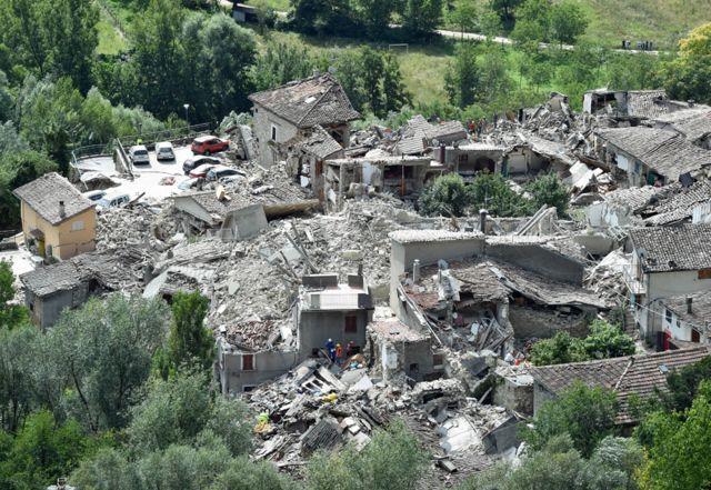 Vista aérea de los daños en Pescara del Tronto por el terremoto.