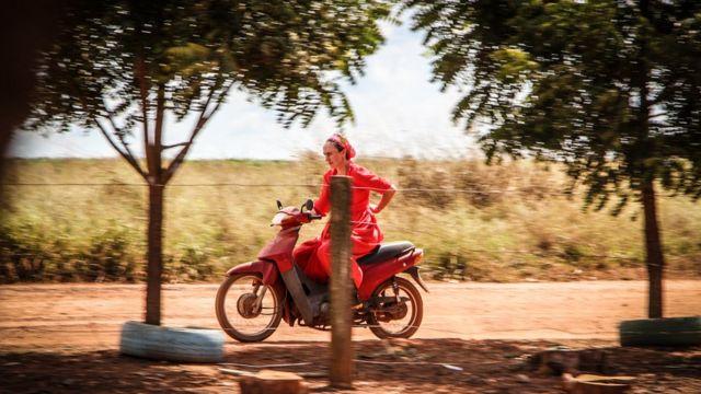 Mulher pilotando moto