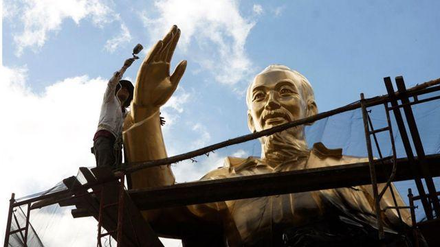 Việc xây tượng đài Hồ Chí Minh trăm tỉ, nghìn tỉ khắp nơi là nhằm củng cố chế độ và cũng là mảnh đất màu mỡ cho tham nhũng, theo một số các nhà phân tích.