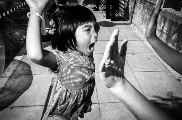 Niña chocando manos en Petaluma, California, EE.UU.