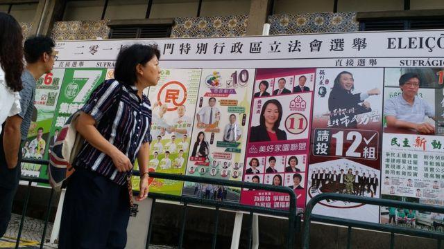 澳門葡文學校外一名路人察看選舉海報(BBC中文網圖片17/9/2017)