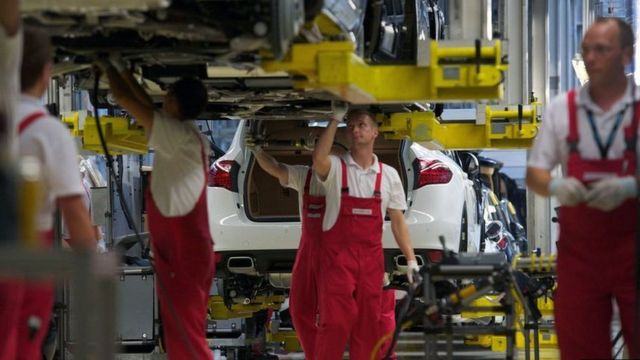 trabalhadores em fábrica da Porsche